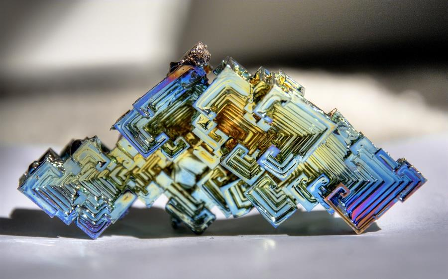 une cristal artificiel de bismuth