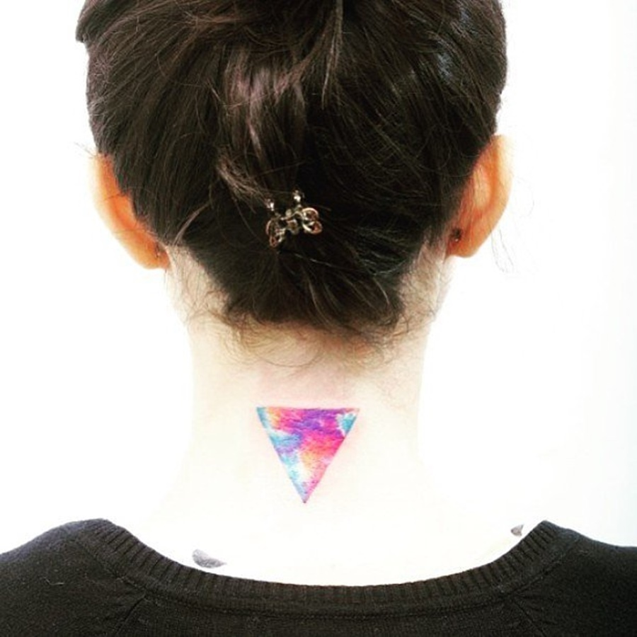tatouage nuque triangle aquarelle