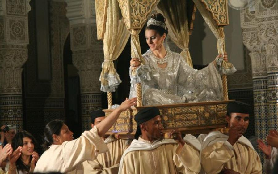 mariage marocain traditionnel changement robe chaise porteurs